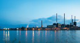 Mehrere Industrieanlagen im Abendlicht: Die Produktion ist eingefahren, die Luftschmutzung