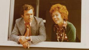 Karin und Werner Mützel blicken aus dem ersten Verlagsgebäude