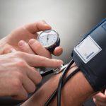 Blutdruckmessung gehört zur Einstellungsuntersuchung.