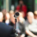 Mikrofon mit Publikum