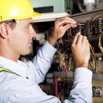 Elektrofachkraft bei der Arbeit