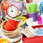 Tisch auf dem Flohmarkt mit buntem Geschirr