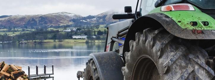 Traktor am See