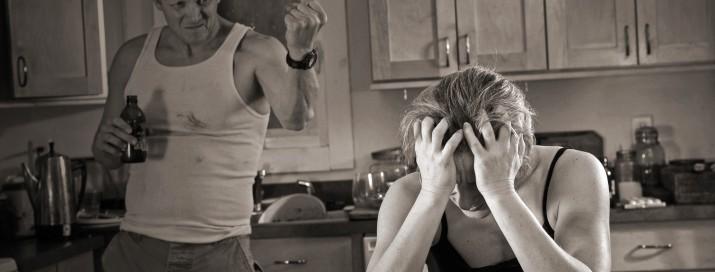Mann bedroht weinende Frau am Küchentisch