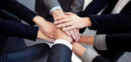 Menschen reichen die Hände