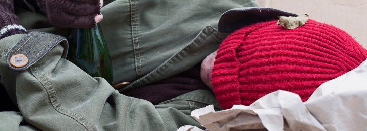 Obdachloser schläft auf der Straße