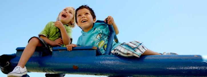 Kinder auf einem Klettergerüst