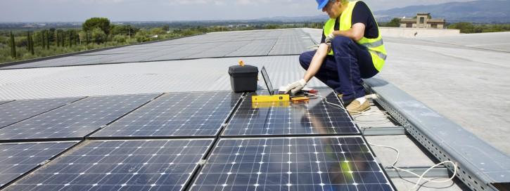 Der Leitfaden gibt Auskunft zur Bewertung möglicher Brandrisiken, die durch eine Photovoltaik-Anlage selbst oder fremdbedingt sein können.