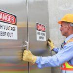 Elektrofachkraft vor einem Hochspannungsbereich