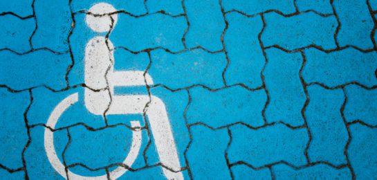 Rollstuhlzeichen auf Pflaster