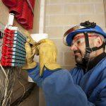 Schutzkleidung: Elektriker mit persönlicher Schutzausrüstung