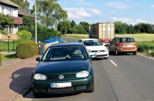 Geparkter LKW behindert den Verkehr
