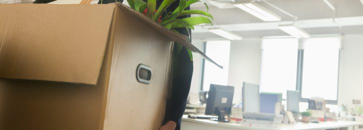 Kiste mit Büromaterial