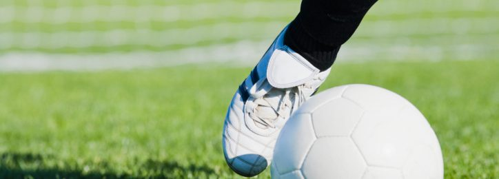 Fußballerbein mit Ball