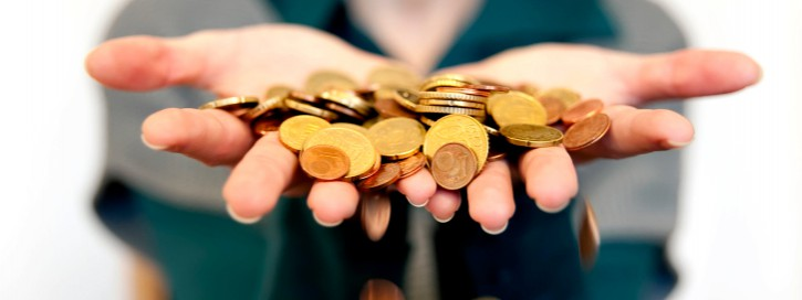 Hand mit Geldmünzen