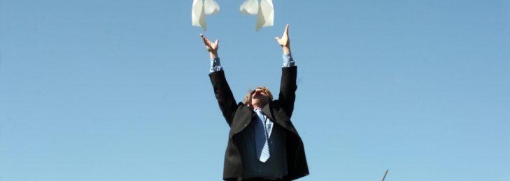 Mann wirft Papiere in die Luft