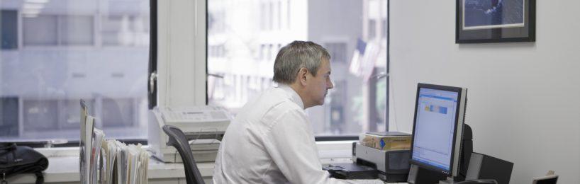 Mann am Büroarbeitsplatz