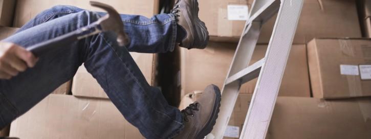 Sie müssen dafür sorgen, dass Leitern und Tritte in ausreichender Anzahl am Arbeitsplatz zur Verfügung stehen. Ihr Ziel sollte es sein, dass die Aufstiege nicht erst von einem anderen, weit entfernten Lagerort transportiert werden müssen.