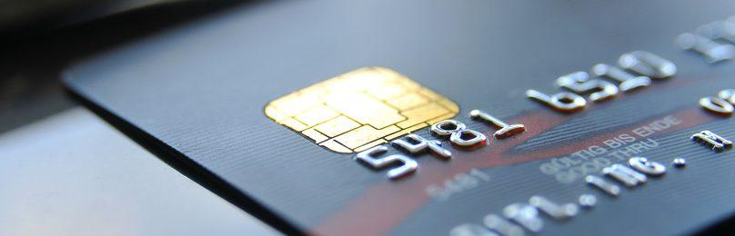 Kreditkarte und fünf Bankkonten