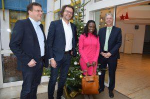 WEKA-Geschäftsführer Stephan Behrens und Michael Bruns mit Asylkoordinatorin Maureen Lermer