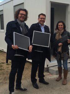 WEKA-Geschäftsführer Stephan Behrens und Michael Bruns mit Asylkoordinatorin Magdalena Weiß