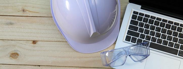 Helm und Schutzbrille