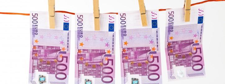 Bargeld - 500 Euro Geldscheine auf der Leine