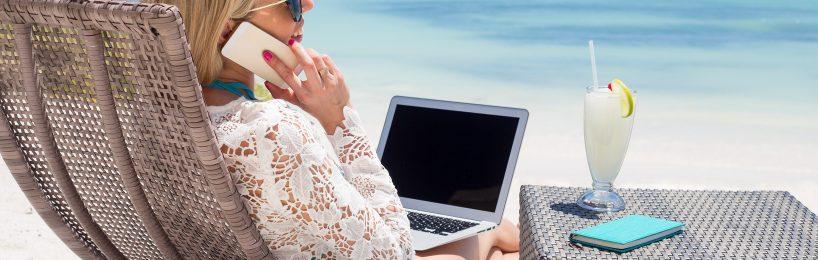 Angestellte im Urlaub für Kollegen und Chef erreichbar