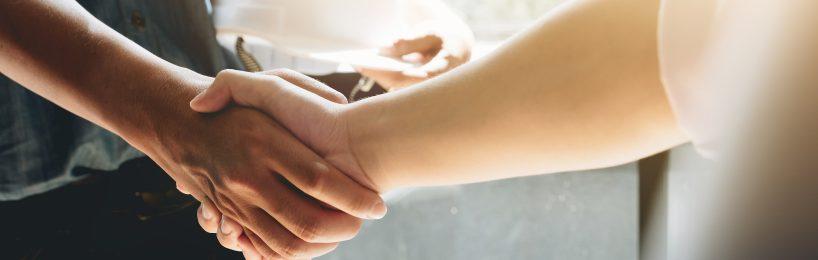 Zwei Männer geben sich die Hand