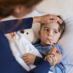 krankes Kind wird von Mutter versorgt