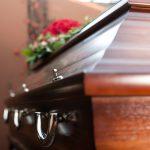 Muss der Bruder die Bestattungskosten anstelle von Ehefrau und Kindern tragen?