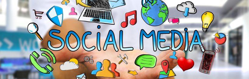 Hand, die Social Media Icons präsentiert