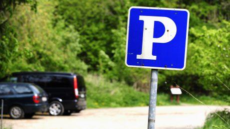 Unerlaubtes Parken auf Privatparkplatz: Wer trägt die Abschleppkosten?