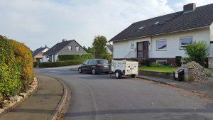 Nicht einsehbare Kurve mit parkendem Auto als Hindernis