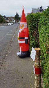 Weihnachtsmann als Hindernis auf dem Gehweg - das kann ernst enden.