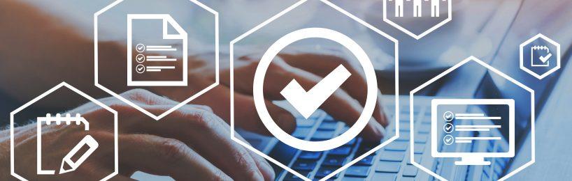 Hände an Tastatur erstellen eine Betriebsanweisung anhand Checkliste