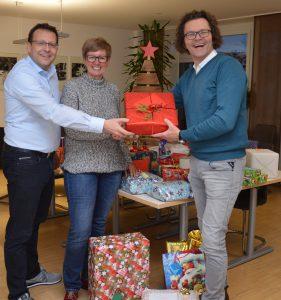 Gudrun Keller-Buchheit (Geschäftsführerin des Kinderheims Friedberg) mit den WEKA-Geschäftsführern bei der Geschenkübergabe