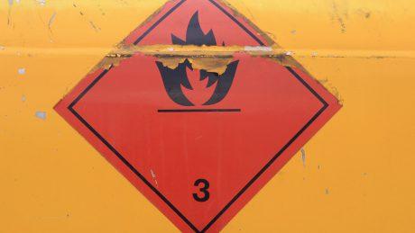Anforderungen an Gefahrzettel/Placards und Kennzeichen