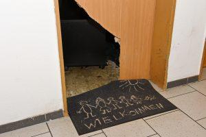 Türe einer verwahrlosten Wohnung