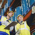 Eine Fachkraft für Arbeitssicherheit beschreibt einer interessierten Person ihre Aufgaben