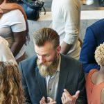 Geschäftsleute reden miteinander