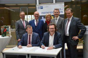 Vertragsunterzeichnung: Schulpartnerschaft zwischen WEKA MEDIA und dem Gymnasium Mering