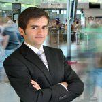 Auslandseinsatz, Geschäftsmann am Flughafen