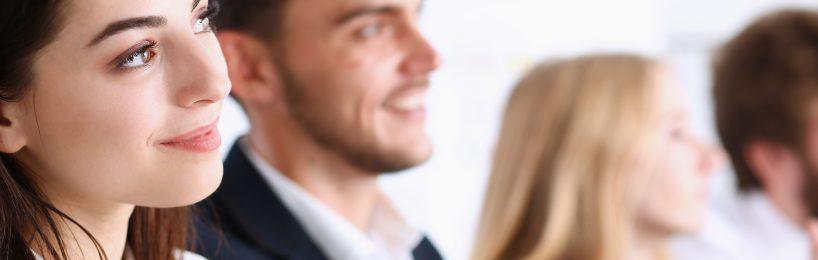 Motivierte Zuhörer bei der betrieblichen Unterweisung, auch Arbeitsschutzbelehrung genannt.