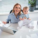 Mutter betreut ihr Kind und arbeitet