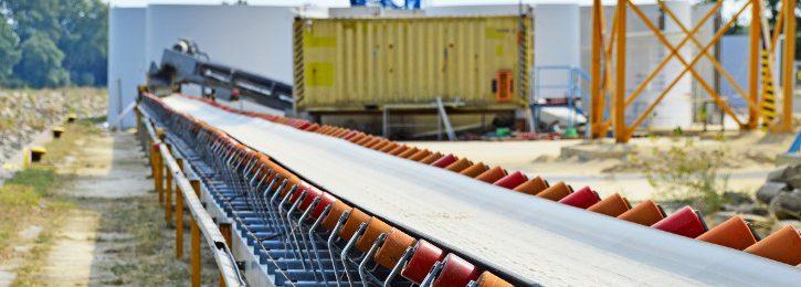 Schüttgut wie z.B. Erdreich oder Kies wird hauptsächlich auf stetig laufende Endlosbänder abgeschüttet.