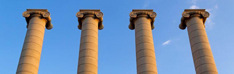 Vier Säulen ragen in den Himmel hinein