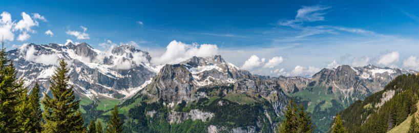 Für eine Hausfassade ließen die Schweizerischen Bundesbahnen Natursteine aus Deutschland nach China schicken, um sie dort verarbeiten zu lassen. Insgesamte Transportstrecke für die Fassadensteine: 43.120 absurde Kilometer.