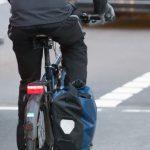 Ein Abbiegeassistent für Lkws kann erreichen, dass es weniger tödliche Unfälle mit Radfahrern gibt.