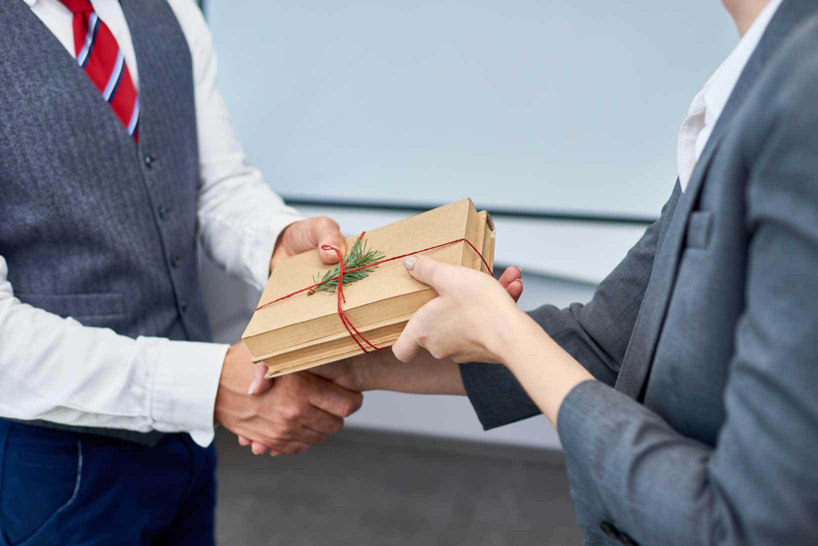 Besteuerung Von Geschenken An Arbeitnehmer Was Ist Zu Beachten